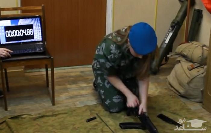 مهارت حیرتانگیز دختر روس در کار با کلاشینکوف/فیلم