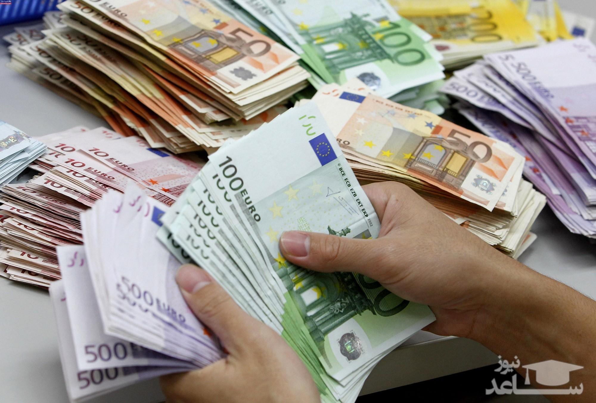 خریداران ارز نوبت شان در صفها را ٢٠٠ تا ٣٠٠ هزار تومان میفروشند