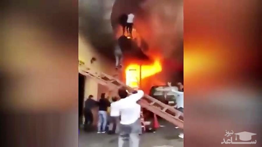 (ویدئو) محاصره دختران جوان در شعلههای آتش