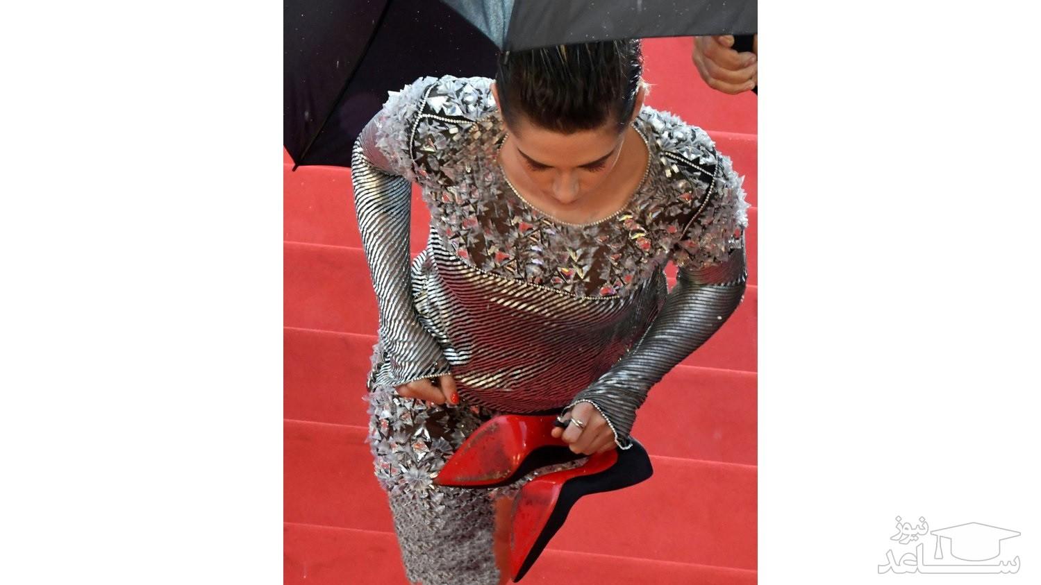 (عکس) اعتراض عجیب خانم بازیگر روی فرش قرمز کن!