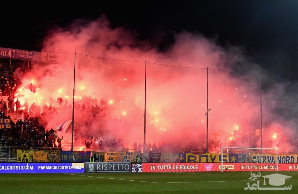 (فیلم) تماشاچیان خوشحال ورزشگاه را به آتش کشیدند!