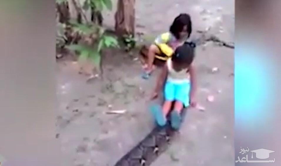 (فیلم) سرگرمی خطرناک و غیرمعمول کودکان در اندونزی