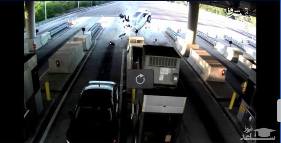 (فیلم) تصادف وحشتناک خودرو با دیوار عوارضی