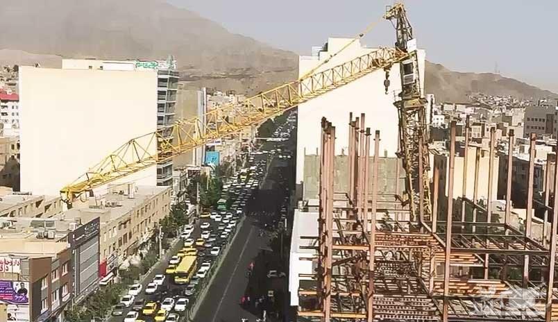 (فیلم) سقوط تاور جرثقیل در چهارراه طالقانی کرج