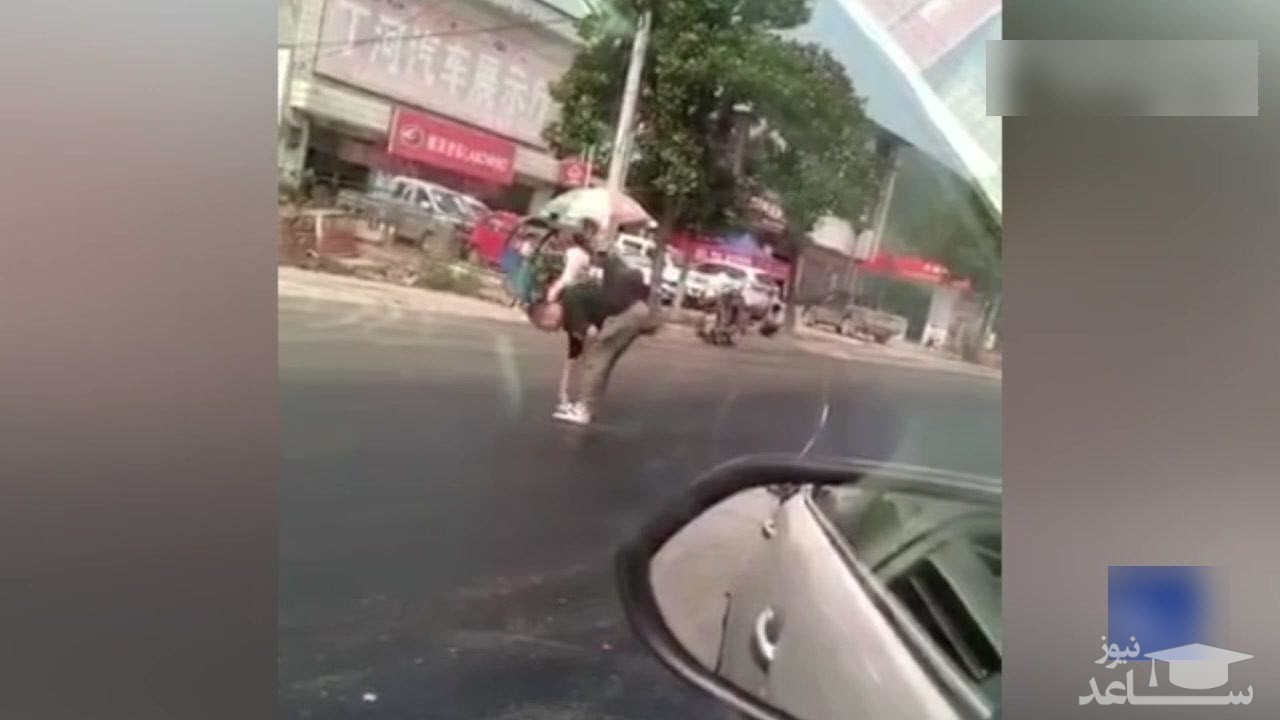 (فیلم) گرفتار شدن عابر پیاده در آسفالت داغ خیابان!
