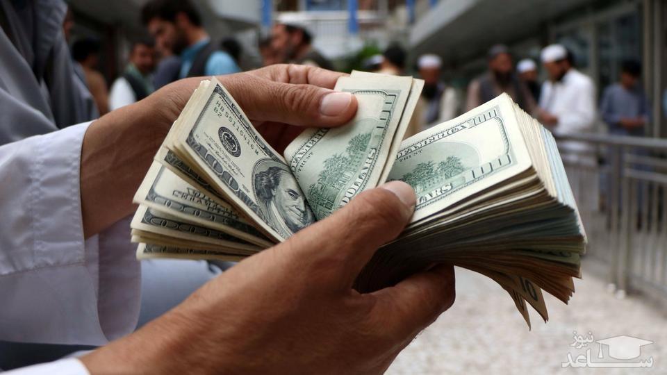 هجوم دلالان برای فروش دلار 9 هزار تومانی در بازار آزاد