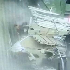 (فیلم) تخریب سقف مرکز توریستی بر سر گردشگران