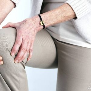 چهار زانو نشستن موجب ساییدگی زانو می شود