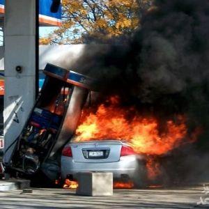(فیلم) راننده ناشی پمپ بنزین را به آتش کشید