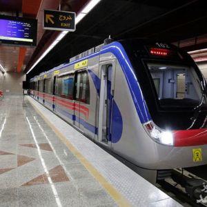 (فیلم) جابهجا کردن واگن مترو توسط مسافران برای نجات یک مرد