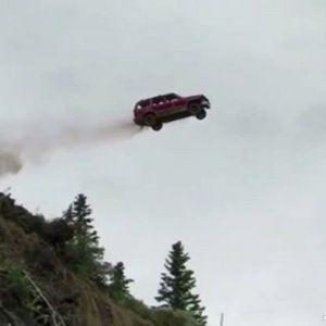(فیلم) پرتاب کردن ماشین ها به دره، رسم عجیب مردمان آلاسکا !