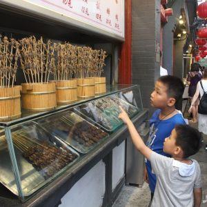 (فیلم) صف خرید سوسک و عقرب سوخاری در پکن!