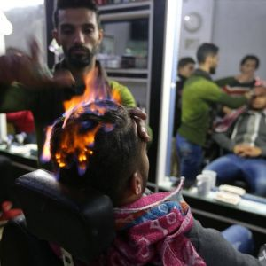 (فیلم) آرایشگری و پیرایش مو با آتش