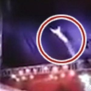 (فیلم) لحظه پرت شدن بازیگر سیرک به داخل تماشاچیان!