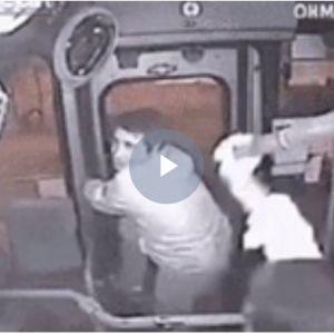 (فیلم) لحظه گیر افتادن دزد بدشانس در اتوبوس!