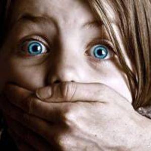 کودک آزارها عمدتاً چه کسانی هستند؟