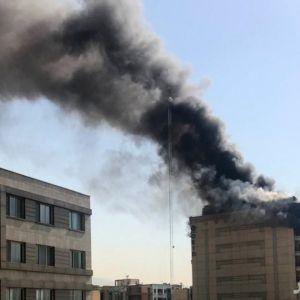(تصاویر) آتشسوزی ساختمان ۱۰ طبقه در خیابان جردن
