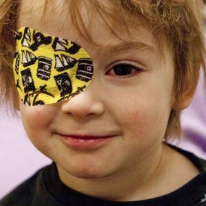 چه عواملی موجب تنبلی چشم کودکان میشود؟