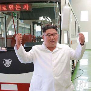 (عکس) ذوقزدگی رهبر کرهشمالی در کارخانه اتوبوس برقی!