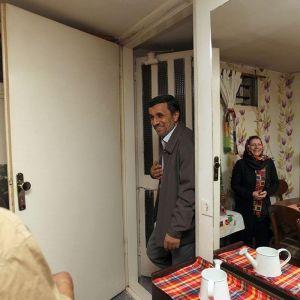 (عکس) عیادت جنجالی احمدی نژاد از ستاره قدیمی سینما و تلویزیون
