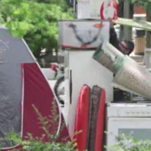 (فیلم) واکنشعجیب مردم به خیاباننشینی خانوادهای که کرایه خانه نداشتند