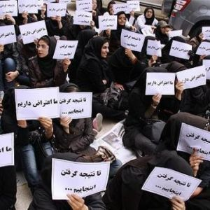 تجمع دانشجویان مقابل کوی دانشگاه تهران