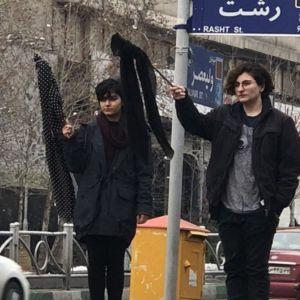 واکنشها به برداشتن روسری توسط دختران در خیابان های تهران