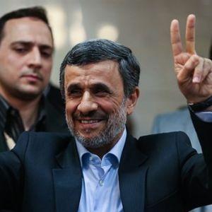 اقدامات عجیب احمدینژاد زیر سر یک «پیشگو» است!