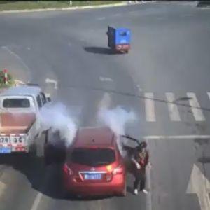 (فیلم) لحظه انفجار مواد آتش بازی، داخل خودرو!