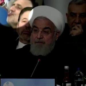 (فیلم) رفتارهای عجیب یک دیپلمات هنگام سخنرانی روحانی