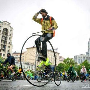 (عکس) رژه دوچرخهها در هوای بارانی مسکو