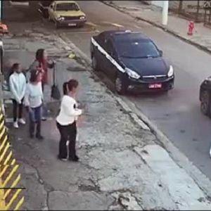 (فیلم) زورگیری از زنان در خیابان در روز روشن!