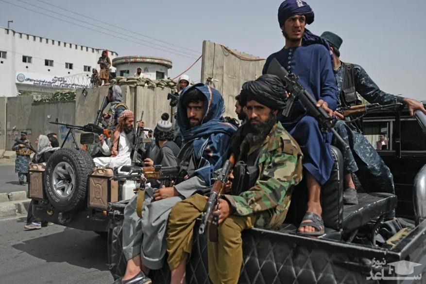 نیروهای طالبان در حال اسکورت تظاهرات زنان حامی طالبان در شهر کابل/ خبرگزاری فرانسه