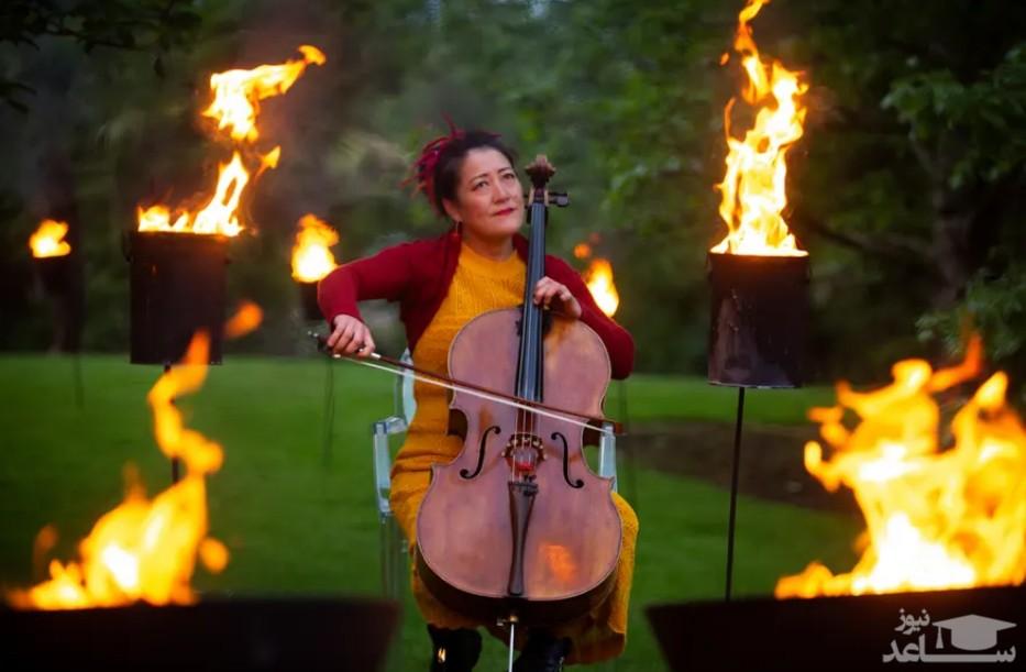 نوازندگی در هوای آزاد یک باغ در شهر ادینبورگ اسکاتلند در یک جشنواره بین المللی