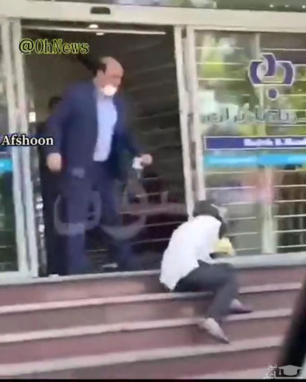 تصویر از (فیلم) ضرب و شتم زن توسط کارمند بانک