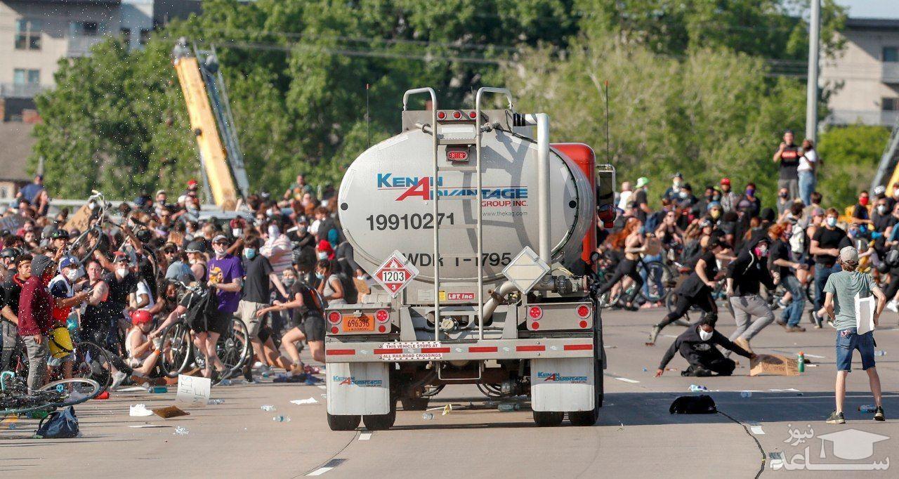 لحظه حمله راننده تریلی به معترضان در مینیاپولیس