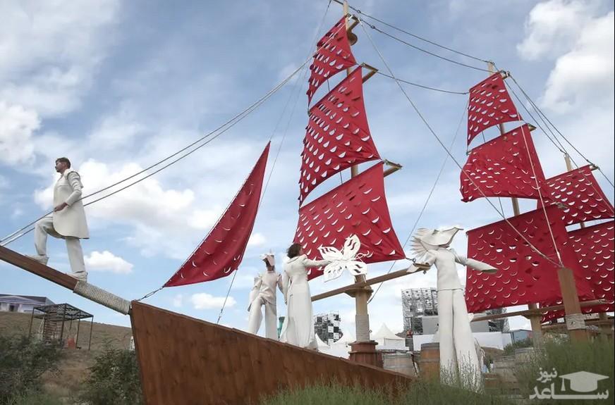 """اجرای تئاتر یک گروه هنری روی عرشه کشتی در جشنواره هنری """"تاویردا"""" در خلیج """"کاپسال"""" در شبه جزیره کریمه/ ایتارتاس"""