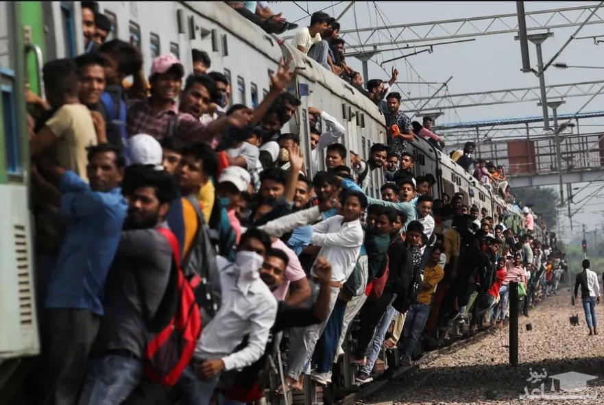 حرکت قطار مملو از مسافر از ایستگاه قطار شهر قاضی آباد هند