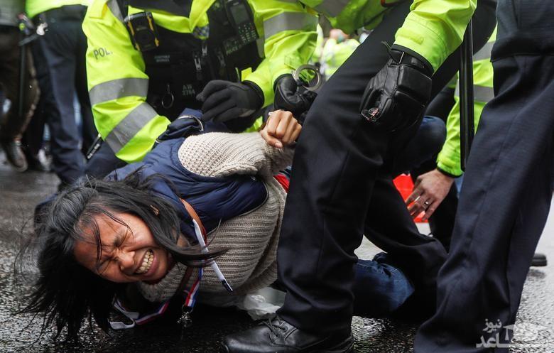 دستگیری یک زن در تظاهرات علیه واکسیناسیون کرونا در لندن