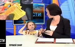 (فیلم) حضور ناگهانی دختر بچه مجری در برنامه زنده خبری!