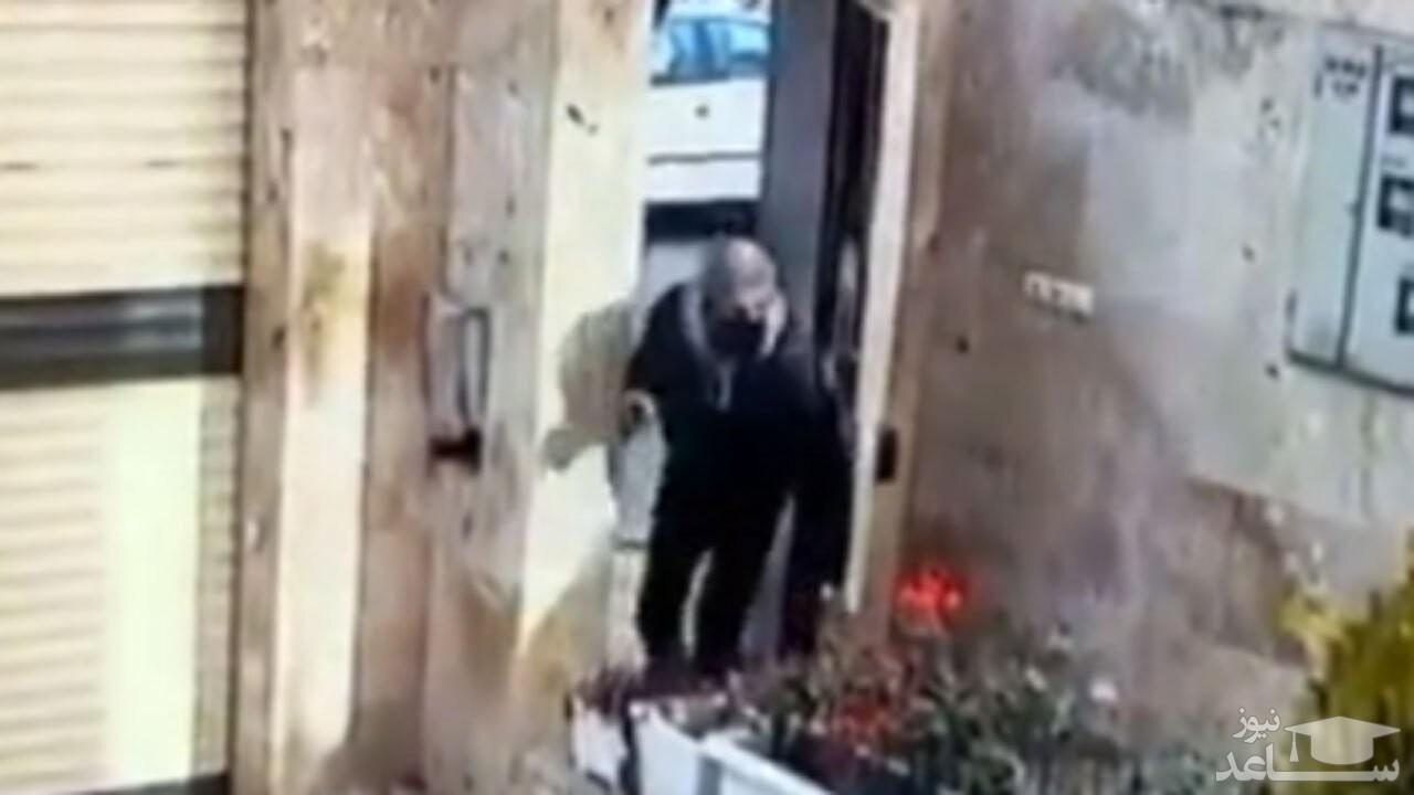 (فیلم) ورود یک سارق به ساختمان مسکونی برای سرقت برنج!