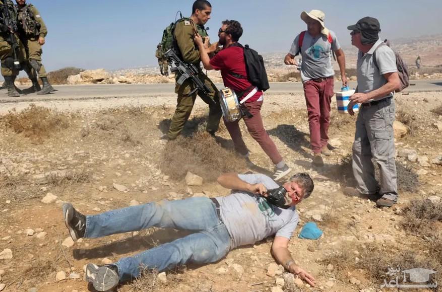 زخمی شدن یک فعال اسراییلی به دست نیروهای اسراییلی در جریان اعتراضات فعالان اسراییلی به مصادره اراضی و قطع آب روستاهای فلسطینی در جنوب کرانه باختری/ خبرگزاری فرانسه