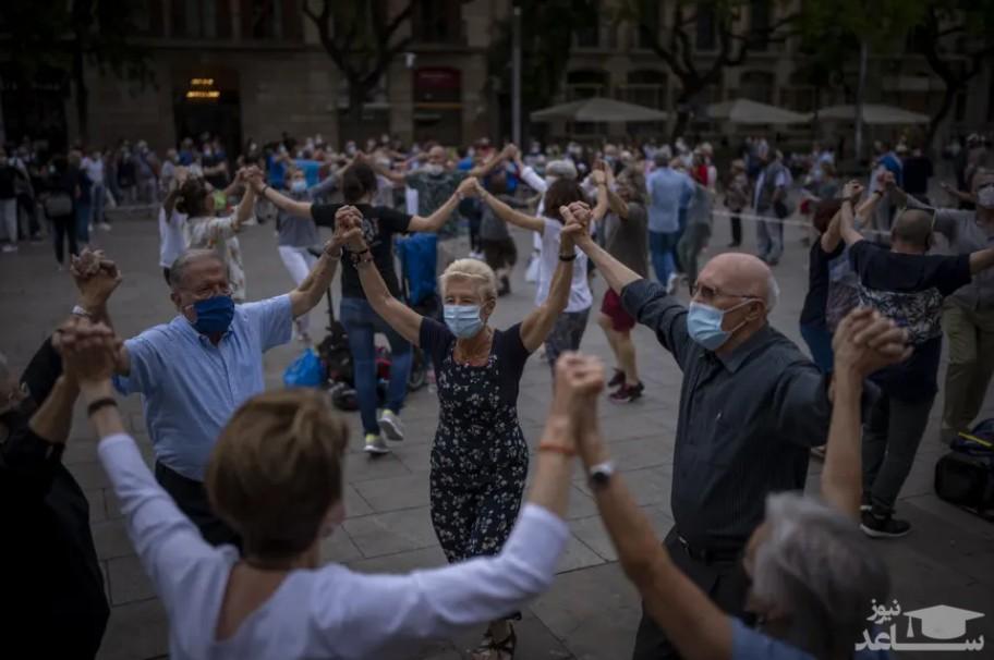 """مردم شهر بارسلونا اسپانیا در حال اجرای رقص سنتی """" ساردانا"""" (رقص سنتی منطقه کاتالونیا اسپانیا) در مقابل کلیسای جامع شهر بارسلونا/ آسوشیتدپرس"""
