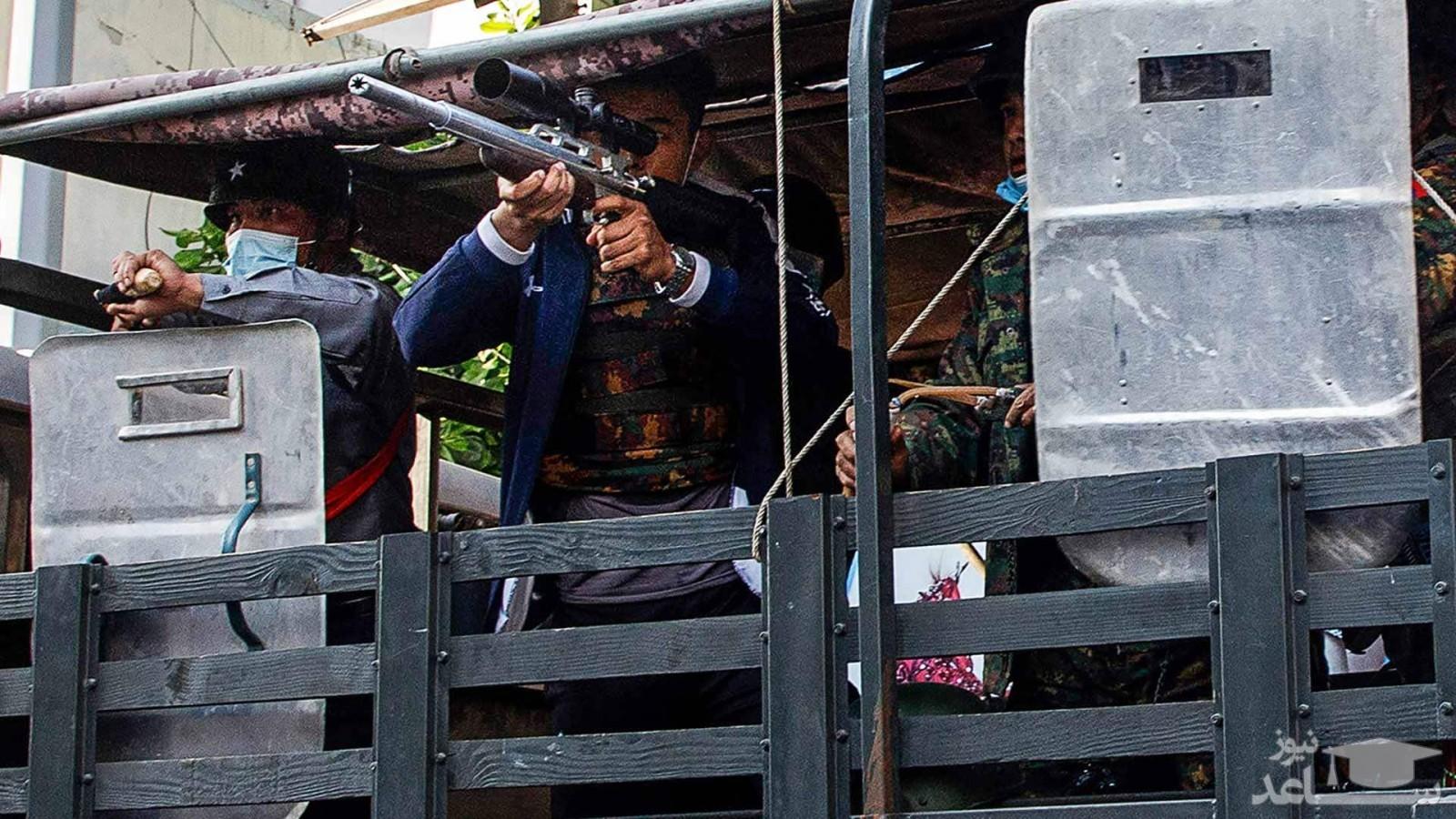 ارتش میانمار با استفاده از سلاح های جنگی شهروندان این کشور را به گلوله بست