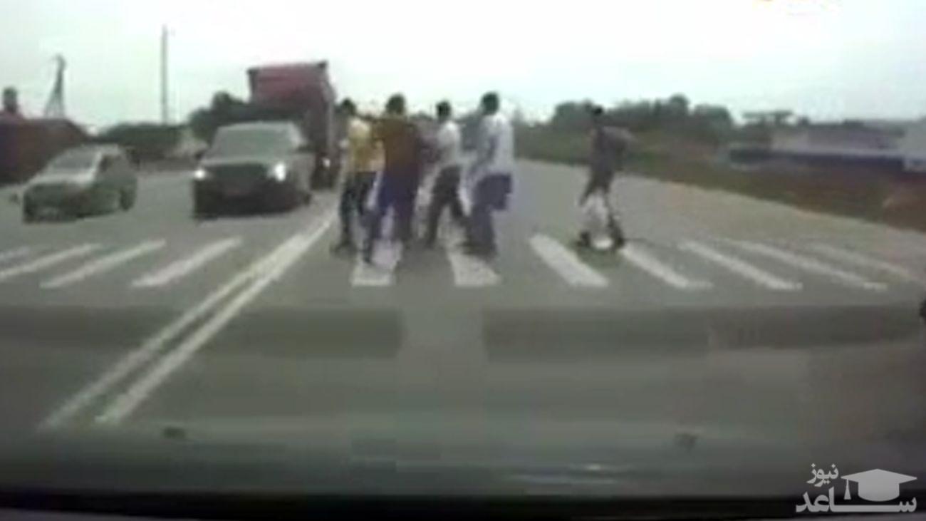 (فیلم) له شدن ۳ خودرو و کشته شدن ۴ نفر توسط تریلی افسار گسیخته