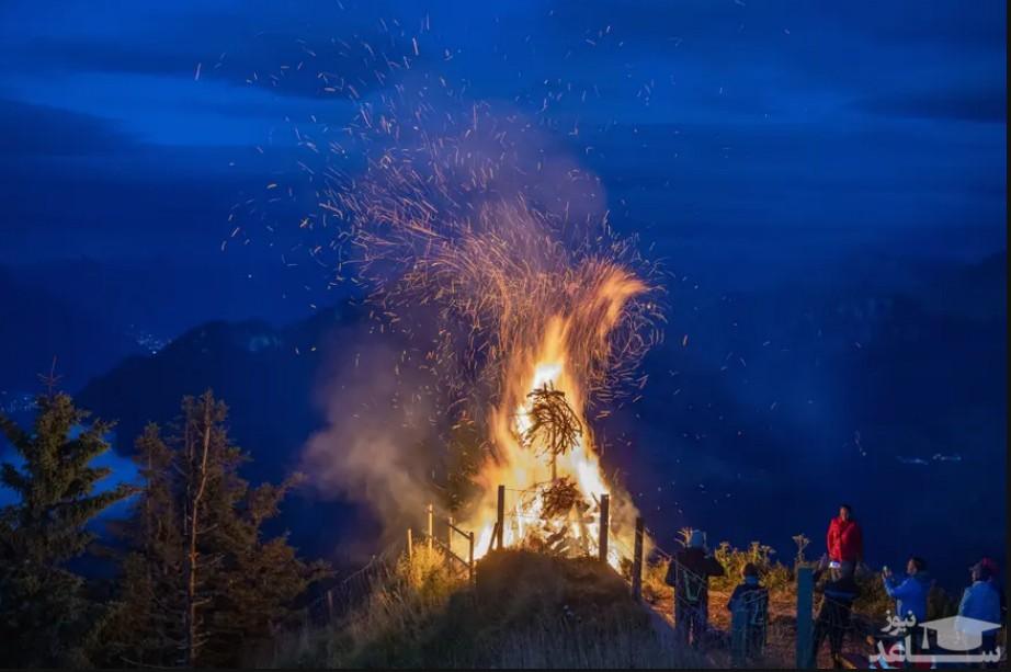 """روشن کردن آتش در جشن روز ملی سوئیس در کوه """"استنسر هورن"""