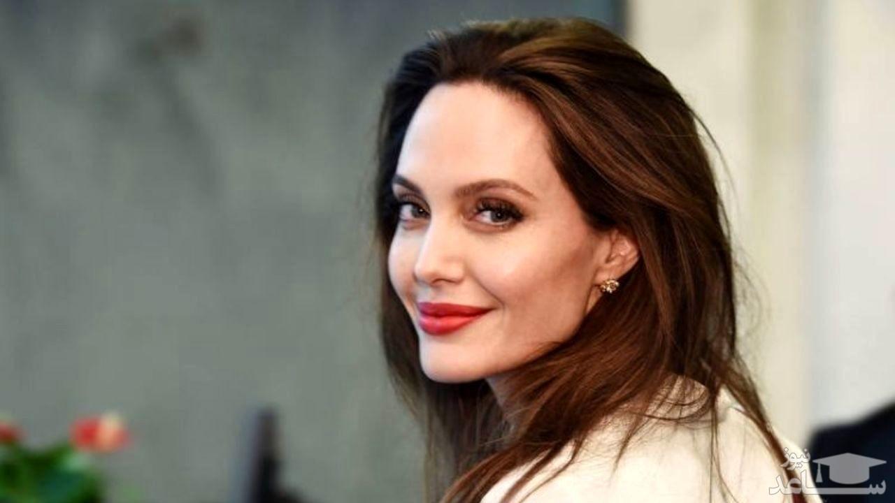 تیپ مشکی «آنجلینا جولی» در حین خرید