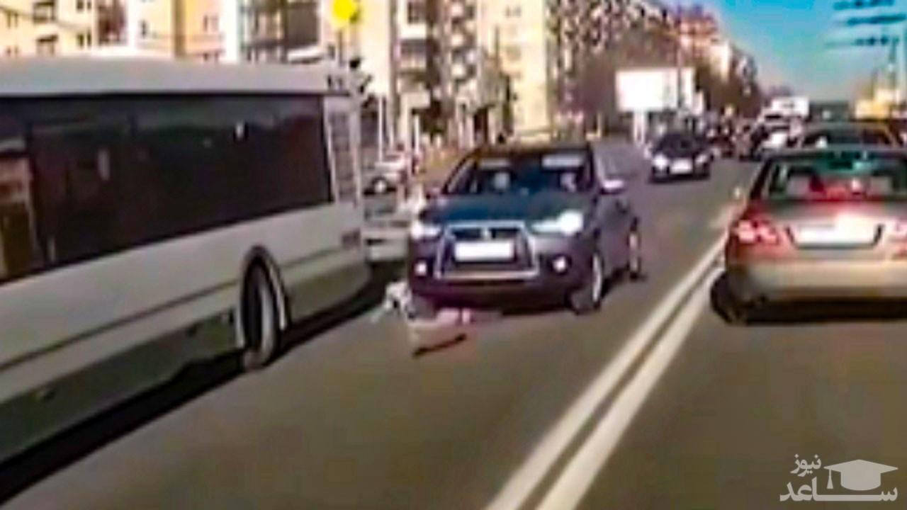 (فیلم) عبور دردناک خودروی سواری از روی اسکیت سوار