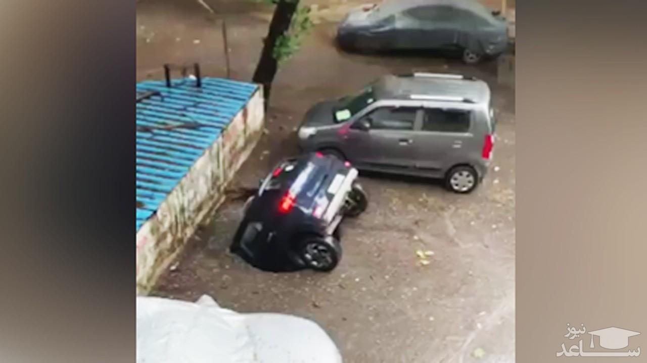 (فیلم) بلعیده شدن اتومبیل توسط چاه!
