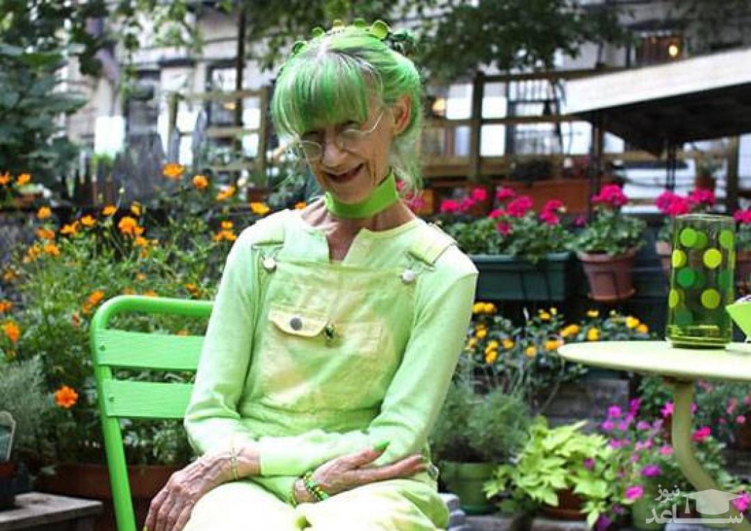 زنی که 20 سال است فقط رنگ سبز می پوشد و وسایل خانه اش سبز است!